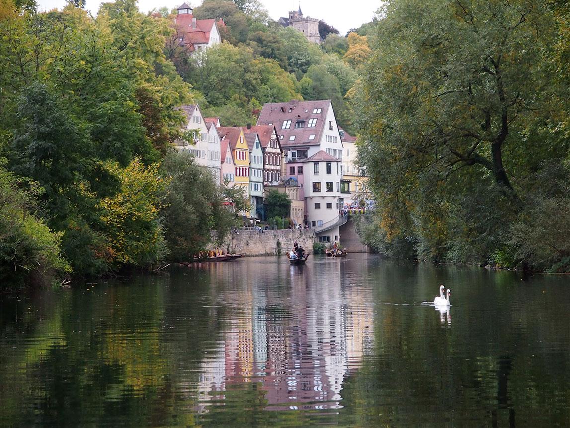 Auf dem Neckar in Tübingen beim Stocherkahn fahren
